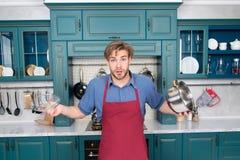 Homem surpreendido com cozimento do potenciômetro para o guisado, pratos de sopa Fotografia de Stock Royalty Free