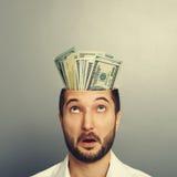 Homem surpreendido com dinheiro na cabeça Fotografia de Stock