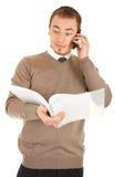 Homem surpreendido com originais e telefone Imagem de Stock