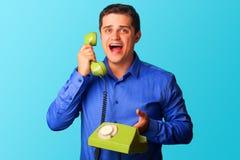 Homem surpreendido com telefone Foto de Stock Royalty Free