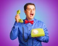 Homem surpreendido com telefone Fotografia de Stock Royalty Free
