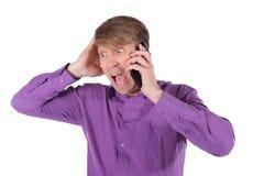 Homem surpreendido da Idade Média que fala no telefone no fundo branco fotos de stock