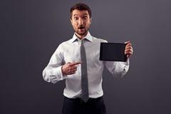 Homem que aponta em seu PC da tabuleta Imagens de Stock Royalty Free