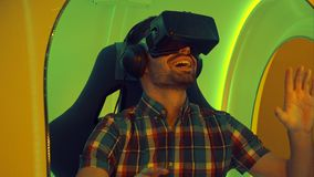 Homem surpreendido que experimenta a realidade virtual pela primeira vez Fotos de Stock Royalty Free