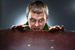 Homem surpreendido que olha fixamente na caixa aberta Fotografia de Stock