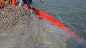 Homem tailandês da pesca que trabalha no barco de pesca video estoque