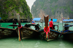 Homem tailandês em um barco em Maya Bay Fotografia de Stock Royalty Free