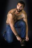 Homem Tattooed que amarra suas sapatas Fotos de Stock Royalty Free