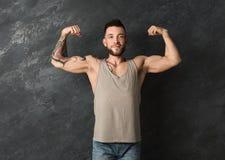 Homem tattooed 'sexy' novo que mostra o bíceps foto de stock royalty free