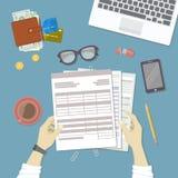 Homem  trabalho com originais As mãos humanas guardam as contas, contas, formulário de imposto Local de trabalho com papéis, plac ilustração royalty free