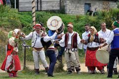 Homem tradicional de Gorani e mulheres que dançam, Shishtavec Albânia imagem de stock royalty free
