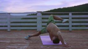 Homem triguenho da aptidão que estica seu corpo após treinamentos duros filme