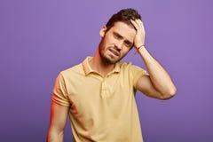 Homem triste cansado com m?o em sua testa que olha a c?mera imagens de stock royalty free