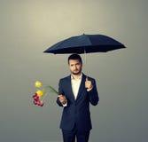Homem triste com flores Imagem de Stock