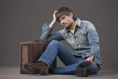 Homem triste com mala de viagem Foto de Stock Royalty Free