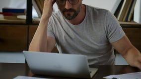 Homem triste de trabalho duro que trabalha da casa filme