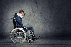 Homem triste na cadeira de rodas Fotografia de Stock