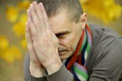 Homem triste para fora para uma caminhada Imagem de Stock