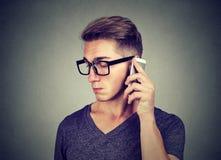 Homem triste que fala em um telefone imagens de stock royalty free