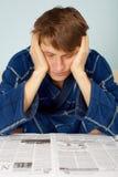 Homem triste que lê um jornal foto de stock royalty free