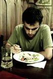Homem triste que tem uma refeição Foto de Stock