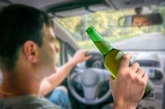 Homem Unfocused com álcool no carro Imagem de Stock