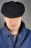 Homem Unshaved em um tampão preto Foto de Stock
