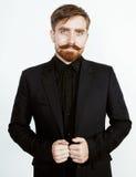 Homem vermelho novo do cabelo com barba e bigode no terno preto no fundo branco Fotos de Stock