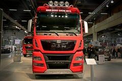 HOMEM vermelho TGX 26 Trator de 560 caminhões no transporte de logística 2015 Imagens de Stock