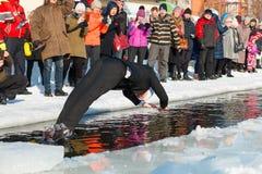 Homem vestido na natação do terno em uma água gelado para comemorar 100 anos de Estônia foto de stock
