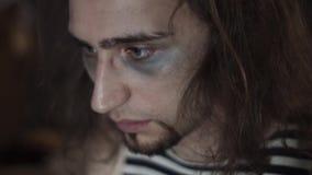Homem viciado da droga desânimo que senta-se na casa abandonada que olha no espaço filme