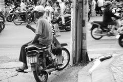 Homem vietnamiano, motorista do velomotor do táxi Imagem de Stock Royalty Free