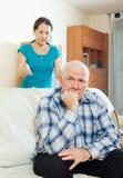 Homem virado contra a mulher irritada Fotografia de Stock