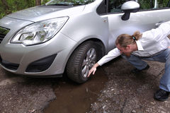 Homem virado do motorista na frente da observação do automóvel danificada Imagem de Stock Royalty Free