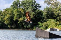 Homem Wakeboarding saltar fotografia de stock royalty free