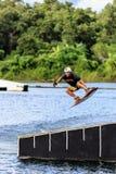Homem Wakeboarding saltar fotos de stock royalty free