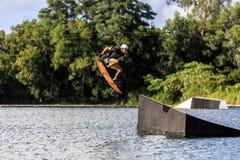 Homem Wakeboarding saltar imagens de stock
