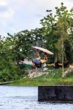 Homem Wakeboarding saltar imagem de stock