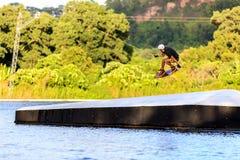 Homem Wakeboarding saltar fotos de stock