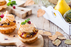Homemade autumn cranberry pumpkin cupcakes with cream cheese ici Royalty Free Stock Photos