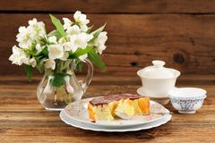 Homemade baked pudding with chololate icing, jasmine flowers in Royalty Free Stock Photos