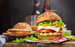 Homemade cheeseburger with Lettuce, Tomato  and Onion Royalty Free Stock Photos