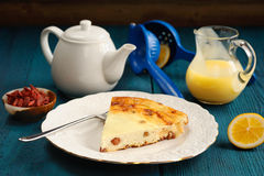 Homemade cottage cheese cheesecake with raisins, lemon curd, tea Stock Photography