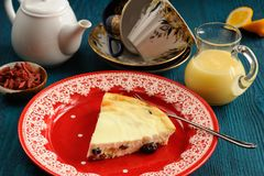 Homemade cottage cheese cheesecake on red plate with lemon curd, Royalty Free Stock Photography