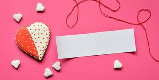 Free Homemade Gingerbread Hearts With An Empty Paper For Your Text On Pink Background. Valentine Cookies Hearts. Edible Valentines Da Stock Photography - 136671012