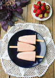 Homemade ice cream pops with fresh strawberries Royalty Free Stock Photos
