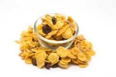 Homemaded蜂蜜在白色背景的焦糖玉米片 免版税库存照片