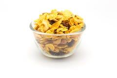 Homemaded Honey Caramel Cornflakes su backgroundBowl bianco dei fiocchi di granturco del caramello del miele isolati su bianco fotografia stock libera da diritti