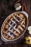 HomemadeFreshly bakade äppelpajen med äpplen i bakgrunden Makro med grund dof Royaltyfri Fotografi
