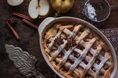 HomemadeFreshly gebakken appeltaart met appelen op de achtergrond Macro met ondiepe dof stock afbeelding